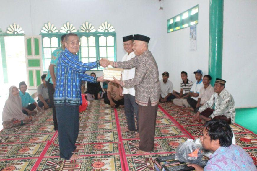 Anggota DPD RI Abdul Jabar Toba saat menggelar reses di Sultra dan menyalurkan bantuan rumah ibadah. FOTO : LM FASAL