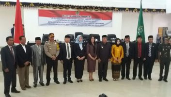 Foto bersama mantan Ketua DPRD Konawe Gusli Topan Sabar beserta ibu (Depan dari kiri) bersama Ketua Ketua DPRD Konawe yang baru Ardin (Depan dari kanan)