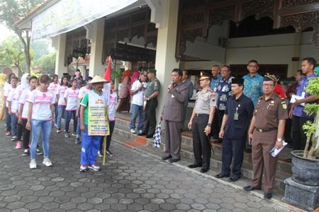 Agus Suwarno (69) memakai Topi Jawa saat di lepas oleh Forkominda Jepara untuk melkukan aksi keliling jawa dengan berjalan kaki untuk berkampanye memerangi Narkoba. FOTO : DSW