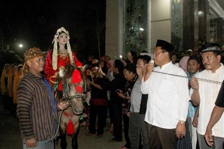 Plt Bupati Jepara M. Solih saat memberikan sambutan sebelum melepas peserta arak-arakan tradisi paratan setiap 15 Sya,ban di Jepara. FOTO : DSW