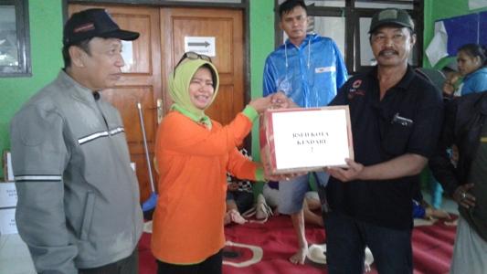 Kepala RSUD Kota kendari dr asrinda didampingi Sekda Kota kendari Dr. Alamsyan Lotunani saat menyerahkan bantuan kepada korban banjir melalui kepala BPBD Kota kendari Suhardin. FOTO : FA