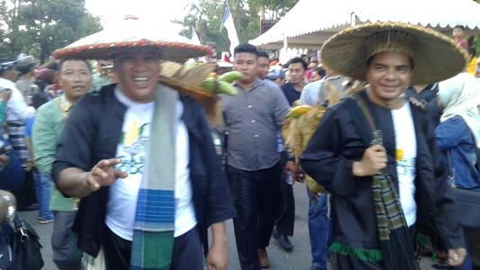 Bupati dan Wakil Bupati Konut turun langsung memimpin Sultra Tenun Karnaval 2017, dengan mengendong dipundaknya keranjang yang berisi hasil pertanian masyarakat Konut,(24/4)