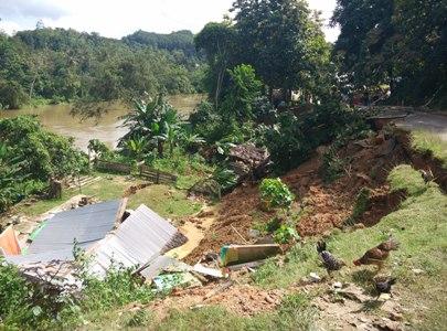Rumah warga di kelurahan Sampara Ambruk tertimpah tanah longsor. FOTO : FT