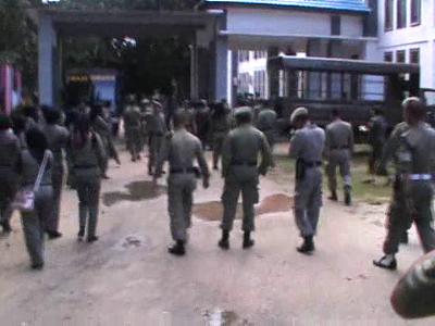 Puluhan anggota Satpol PP Sultra ini mengamuk akibat rekan-rekan mereka dirumahkan oleh Kepala satpol PP. FOTO : FT