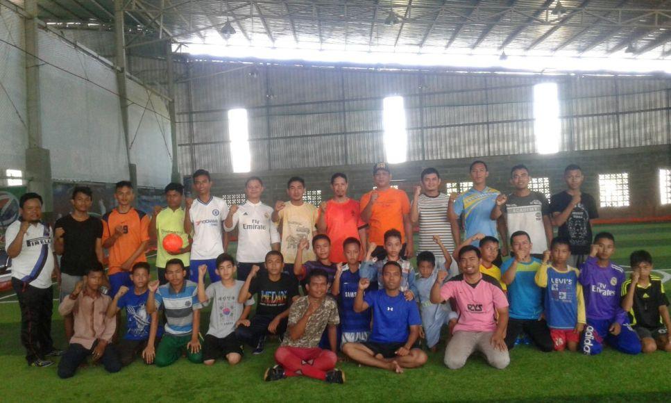 Muhammadyah kota Banda Aceh (PDPM Banda Aceh) bersama adek-adek putra panti asuhan Muhammadiyah Punge Blang Cut di lapangan futsal Zean's Sport Center. FOTO : MAN