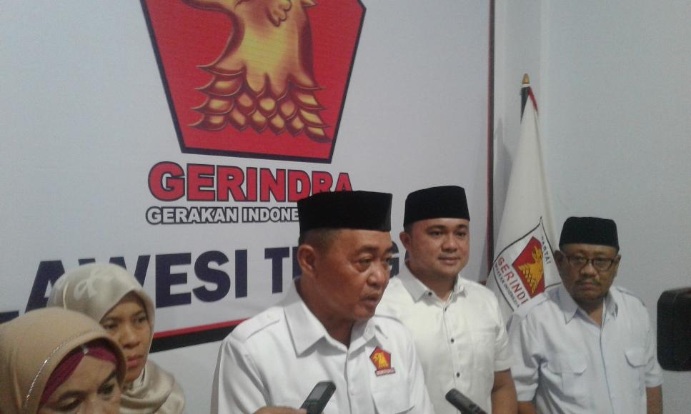 Ketua Umum DPW Partai Gerindra Sulawesi tenggara Drs. H. Imran M.Si saat menggelar konprensi pers usai menyerahkan SK ke tujuh DPC se Sultra. FOTO : ODEK