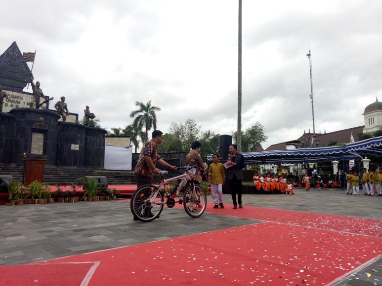 GKR Hemas saat memberikan satu buah sepeda kepada Miftahul Huda usai menjawab pertanyaan yang diajukannya. FOTO : NADHIR ATTAMIMI