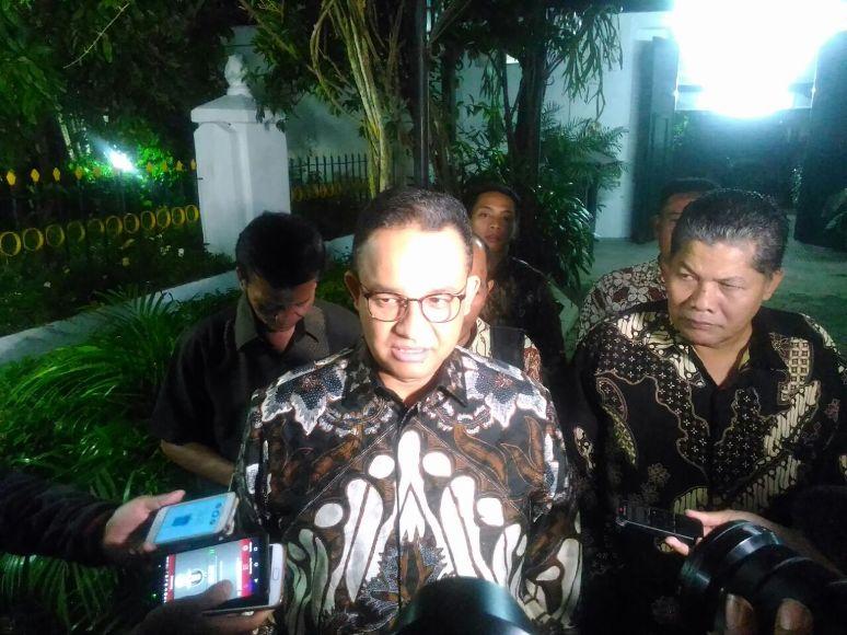 Gubernur DKI terpilih Anies baswedan saat di wawancara sejumlah awak media saat bersilaturahm di kediaman Gubernur DIY. FOTO : NADHIR ATTAMIMI
