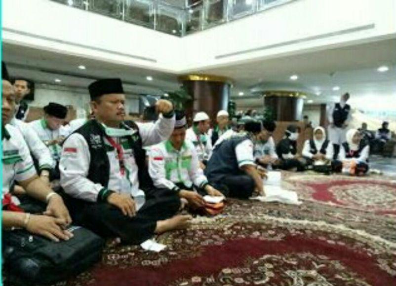 Tim pemandu Haji Indonesia yang tergabung di sektor 4 Makkah malam ini, Ahad (20/8) pukul 20.00. Waktu Arab Saudi atau hari Senin (21/8) pukul 02.00.Wita dinihari menghadiri Rapat Koordinasi guna membicarakan berbagai hal terkait layanan terhadap jamaah. FOTO : IST