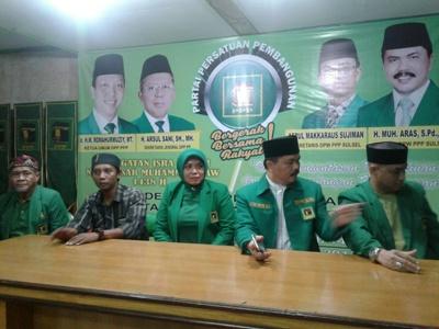 bakal Calon Bupati Bantaeng Hj Andi Sugiarti MK (tengah) saat mendaftarkan sebagai cabup di pPP Kabupaten Bantaeng. FOTO : SYAMSUDDIN