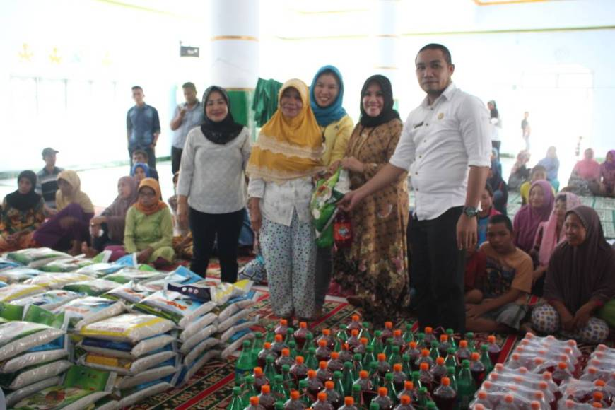 Hj Nurlin Surunudin, SH (Tengah) Didampingi Sekretaris Camat Tinanggea Saat Menyerahkan Bantuan Sembako Secara Simbolis Di Masjid Nurul Falah, Kelurahan Ngapaaha. FOTO : MAHIDIN