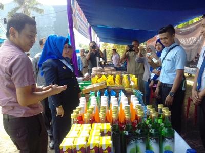 kadis Perindag Sultra Hj. Sitti saleha (berhijab) saat memantau gelaran pasar murah. FOTO : ILHAM