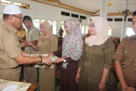 Bupati Koltim Drs H Tony Herbiansyah MSi, menyerahkan SK GTT Koltim di Masjid Jabal Nur Rate-Rate. FOTO ; JUSRAN