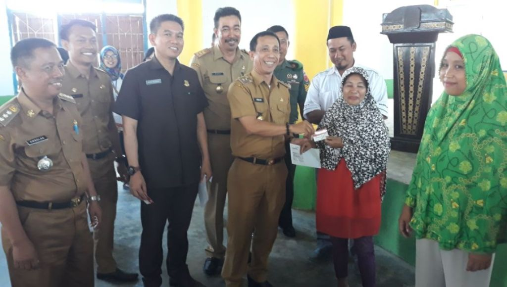 Wabup Konsel Salurkan Bantuan PKH di Kecamatan Landono