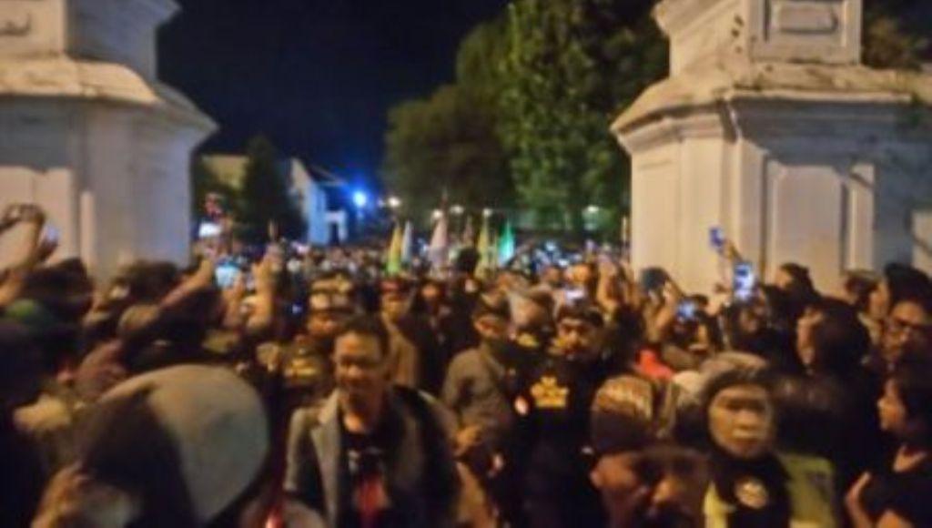 Perayaan Suro, Ribuan Abdi Dalem Mubeng Beteng
