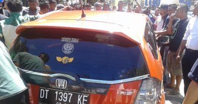 Sopir Taksi Gembosi Ban Mobil Trasportasi Online