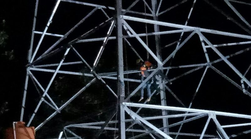 Enam Jam Diatas Menara SUTET, Mirwan Berhasil Dievakuasi