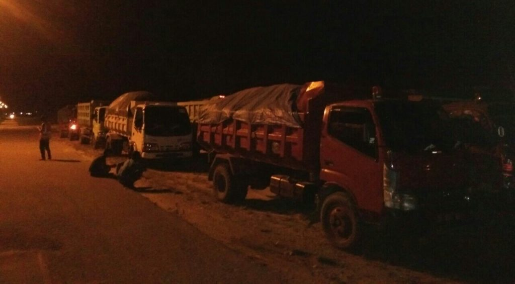 Puluhan Dump Truck yang Memuat Ore Diduga tidak Miliki Izin Lintas