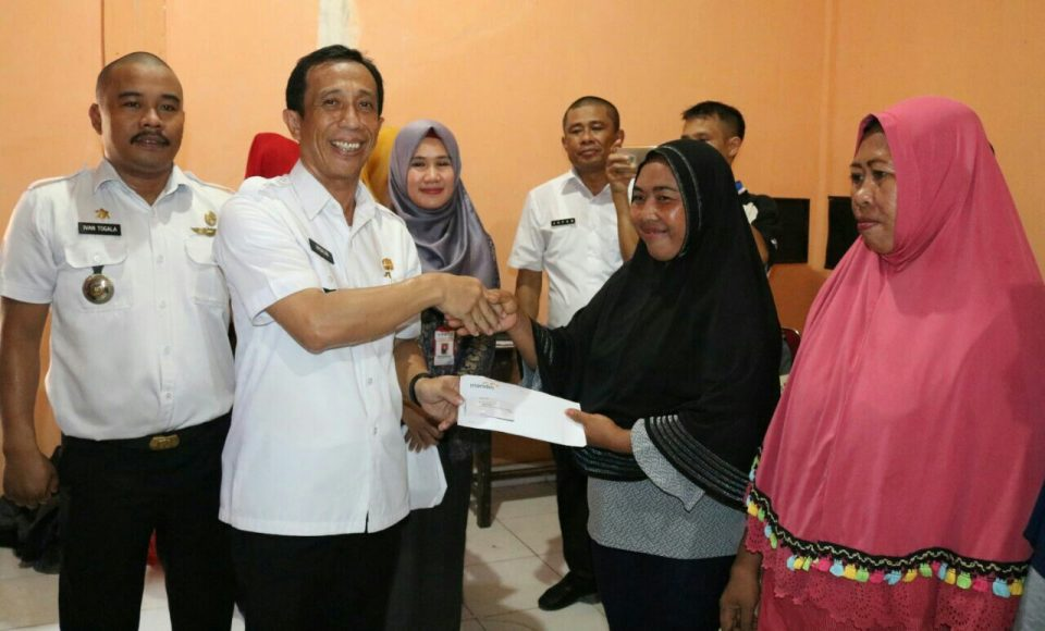Wabup Konsel Salurkan Ratusan Bantuan PKH di Tinanggea