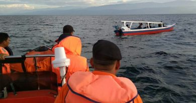 SAR Kendari Beri Bantuan Pada Longboat Warga Kolaka Karena Alami Mati Mesin
