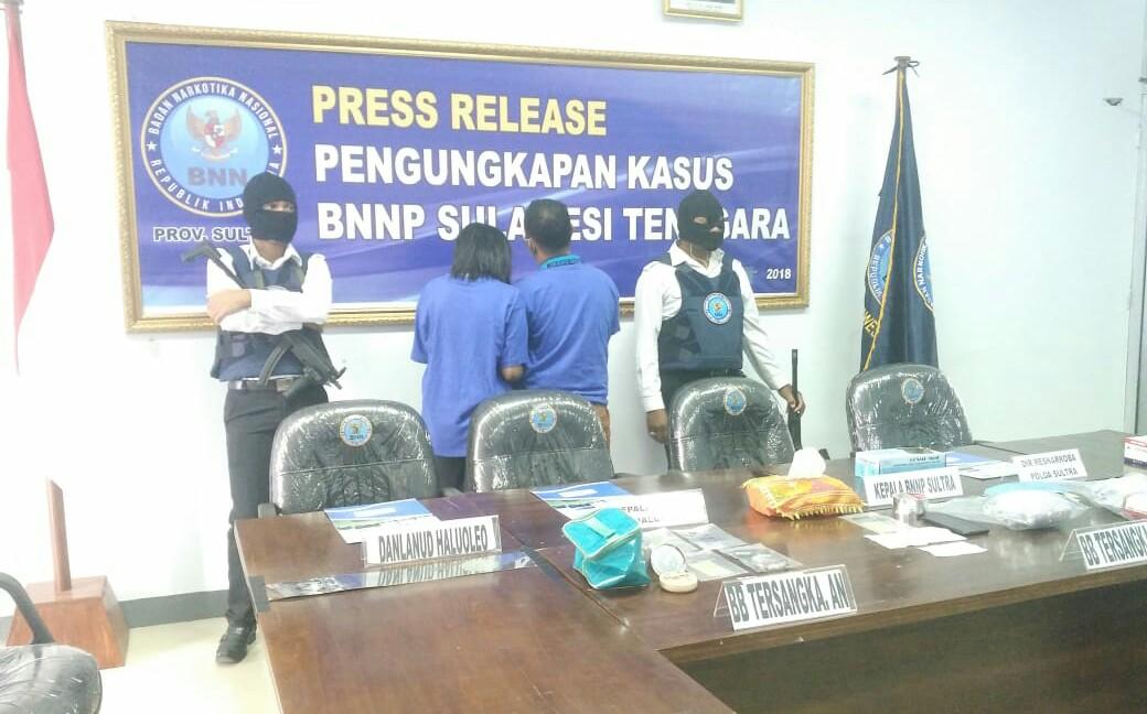 Miliki 1 Kilogram Narkotika, Sepasang Kekasih di Kendari Ditangkap BNNP Sultra di Bandara Halu oleo