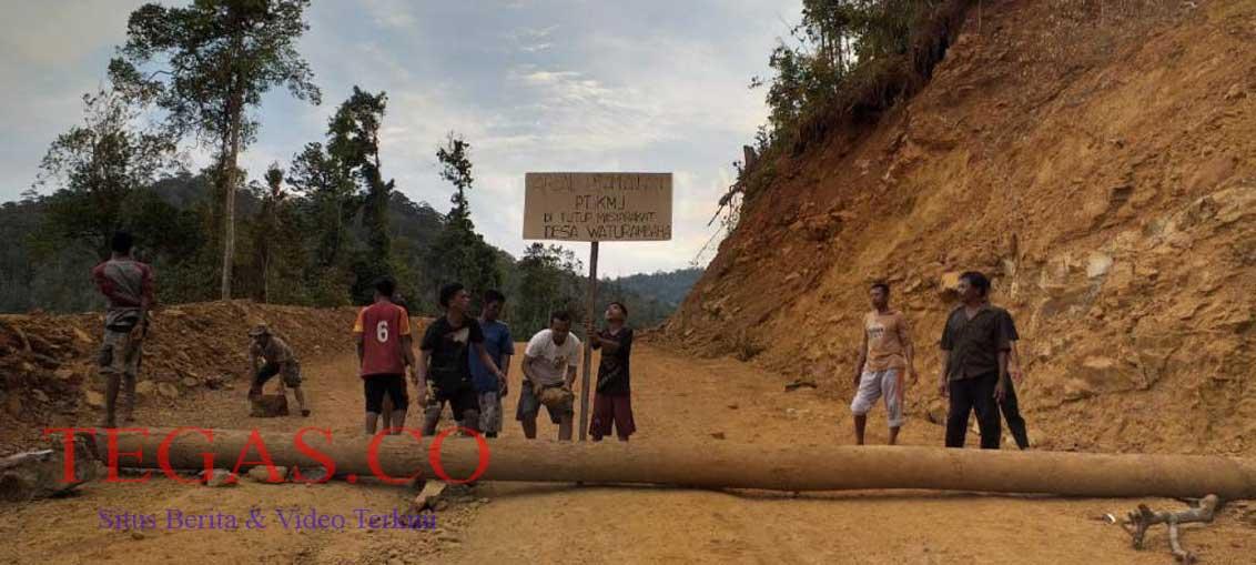 Warga Desa Waturamba Konut Tutup Jalan PT. KMJ
