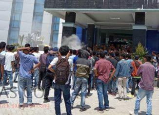 Demo Minta Pencabutan IUP Tambang di Kantor Dinas Perkebunan Sultra Berlangsng Rusuh