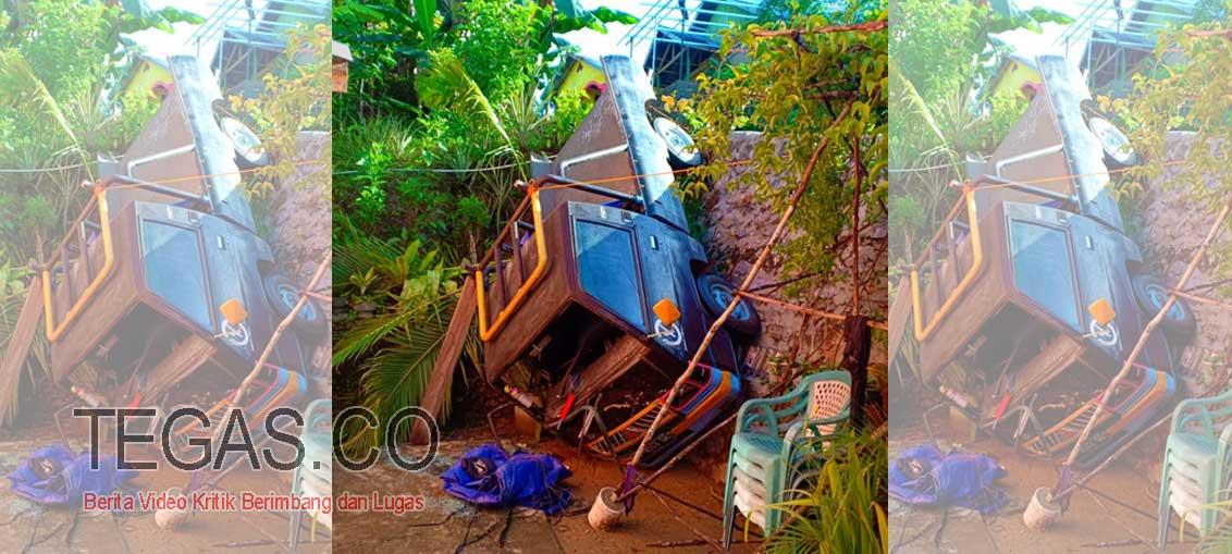 Jalan Licin, Mobil Pick Up Pengangkut Semen Terjun ke Jurang Sedalam 4 Meter