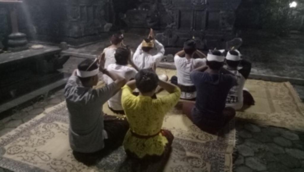 Mahasiswa Asrama Bali Gelar Sembahyang Bersama Pengungsi Gunung Agung