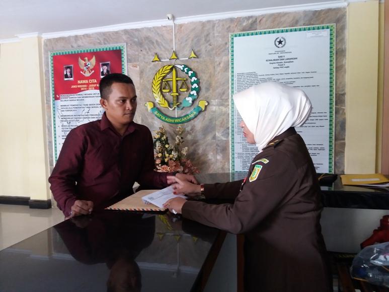 Koordinator ISMEI Sultra-Sulteng, Daning Pratama saat melaporkan dugaan korupsi anggaran sertifikasi guru di Bombana di Kejaksaan Tinggi Sultra. FOTO : LM FAISAL