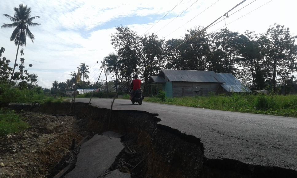 jalan yang menghubungkan Kelurahan Alangga dan Desa Alengge Agung mengalami longsor, namun oleh Pemerintah belum melukan penimbunan. FOTO : HERMAN