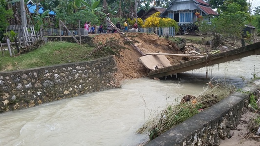jembatan Ambles akibat banjir desa Kamosope Kecamatan Pasir Putih. FOTO : AWALUDDIN