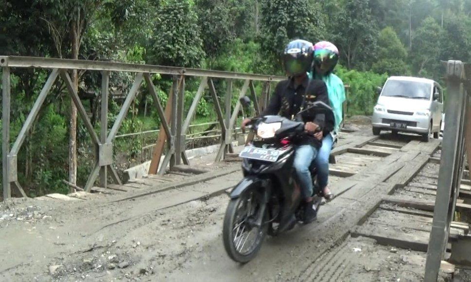 jembatan yang mengubungkan jalan Provinsi di kelurahan Horodopi Kecamatan Mowewe setelah dilakukan perbaikan. FOTO : ASDAR LANTORO