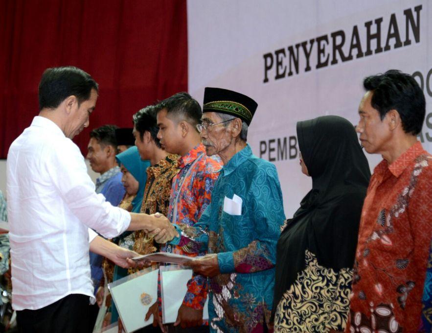 Presiden RI Jokowi saat menyerahkan sertifikat kepada warga saat berkunjung di Kota Balik papan kalimantan timur. FOTO : IST