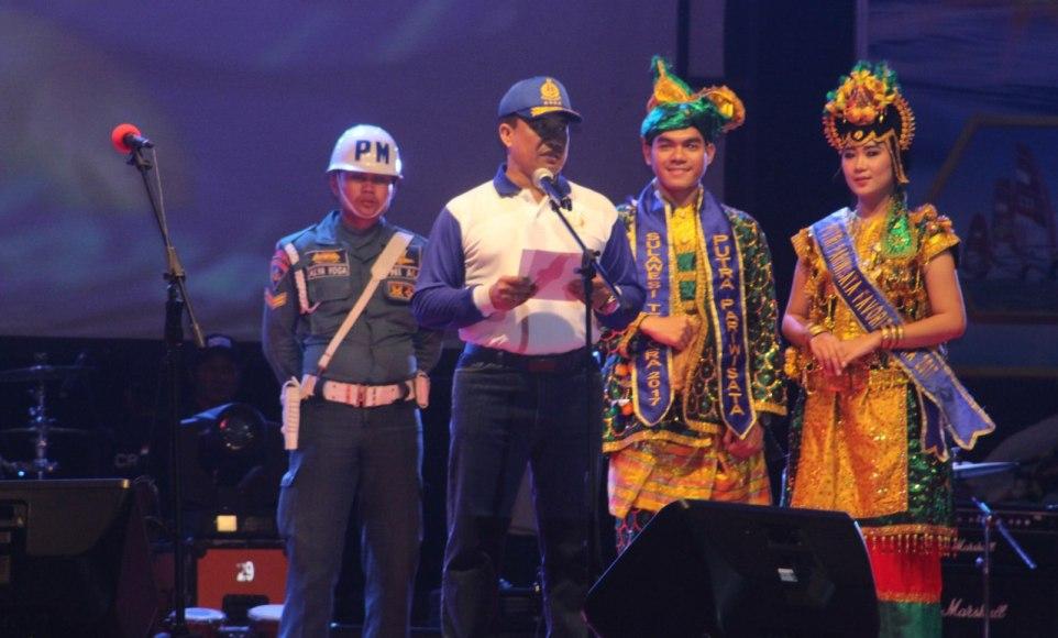Kepala Staf Tentara Nasional Indonesia Angkatan Laut (KASAL) Laksamana TNI Ade Supandi,S.E., M.A.P saat menutup secara resmi Kasaal CUP Tahun 2017 tadi malam. FOTO : ONNO