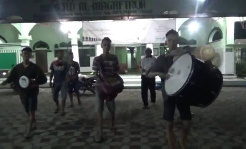 kelompok pemuda di Desa kemanggisan ini berkeliling kampung untuk membangunkan warga dengan membunyikan musik tradisional. FOTO : BSK