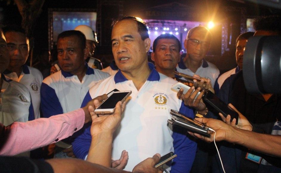 Kepala Staf Tentara Nasional Indonesia Angkatan Laut (KASAL) Laksamana TNI Ade Supandi,S.E., M.A.P saat di wawancara sejumlah awak media di kendari, provinsi Sulawesi Tenggara