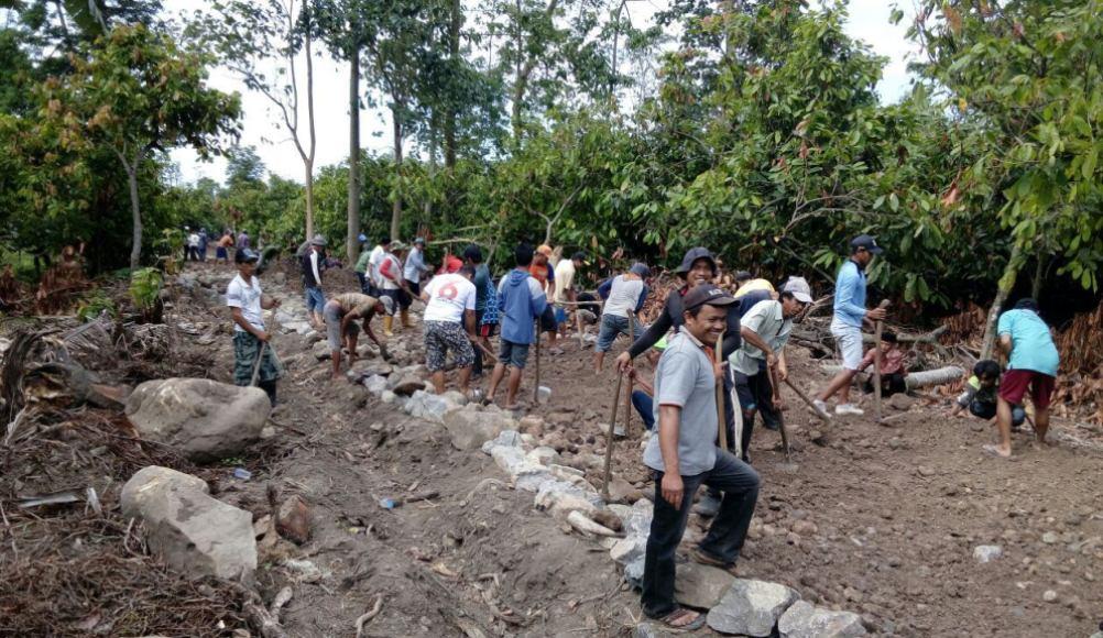 pelajar SMK Jayapura bersama warga setempat berbaur dengan anggota TNO menggelar kerja bhakti merintis jalan kampung. FOTO : SYAMSUDDIN