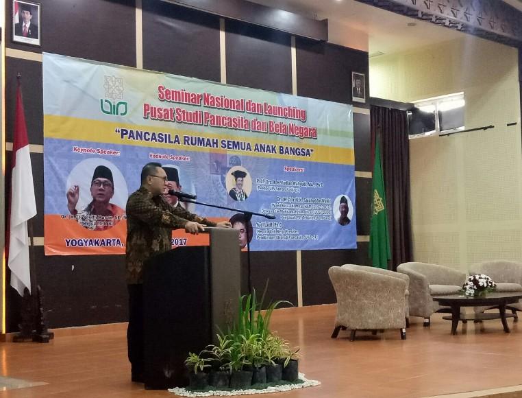 Ketua MPR RI, Zulkifli Hasan saat menyampaikan seminar Pancasila di Universitaa Islam Negeri UIN Sunan Kalijaga Yogyakarta. FOTO : NADHIR ATTAMIMI