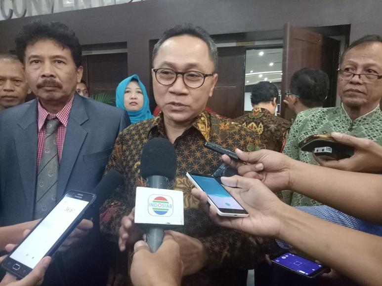 Ketua MPR RI Zulkipli Hasan saat diwawancara sejumlah awak media saat melakukan kunker di Yogyakarta. FOTO : NADHIR ATTAMIMI