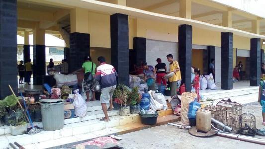 Buruh perusahaan PT Runding Singkil yang terlantarkan di terminal. FOTO : MAN
