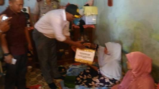Wakil Bupati Aceh Singkil Dulmusrid saat menyerahlkan bantuan kepada korban kebakaran. FOTO : MAN