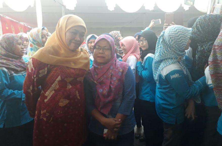 Menteri Sosial RI Khofifah Indarparawansya saat hadir di Yogyakarta dan foto bersama warga. FOTO : NADHIR ATTAMIMI