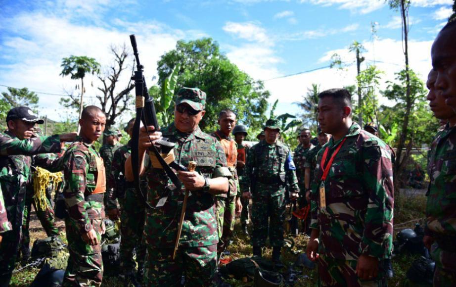 Pangdam XIV/Hasanuddin Mayjen TNI Agus SB saat memeriksa senjata peserta yang akan mengikuti Lomba Ton Tangkas Kodam Hasanuddin. FOTO : IST