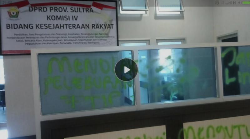 Tak puas mencoret gedung, puluhan mahasiswa Fakultas Teknologi dan Industry Pertaian (FTIP), Universitas Halu Oleo (UH), Kendari, Sulawesi Tenggara (Sultra) merusakn dan mencoret-coret ruangan komisi I