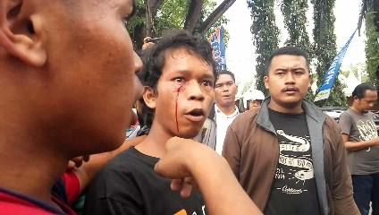Salah seorang massa aksi menjadi korban pemukulan dan mengalami luka bagian pelipis kanan serta mengalami pendarahan
