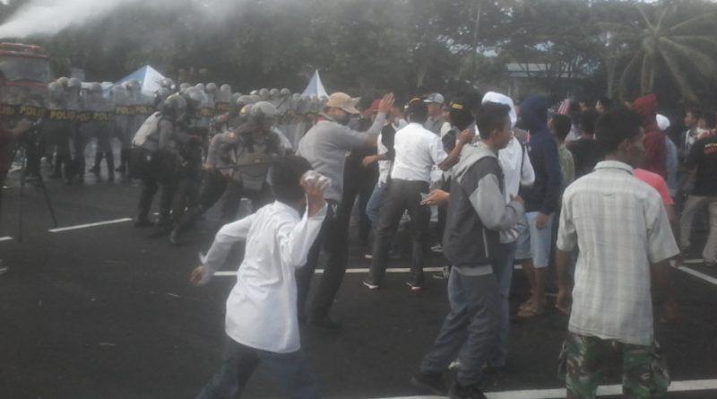 Demonstran Ancam Bakar KPU, 1 Polisidan Warga Terluka