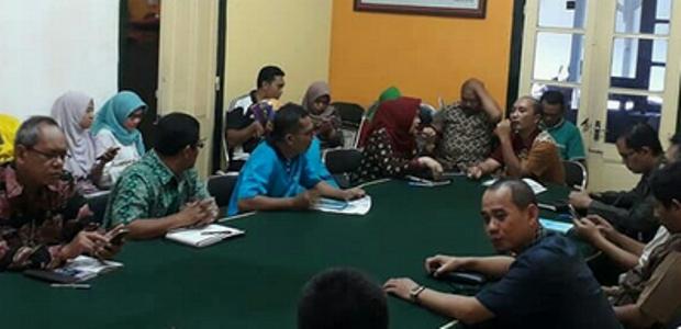 KPUD probolinggo bersama tim Dinas Keuangan daerah Probolinggo memabhasa anggaran Pilkada probolinggo tahun 2018. FOTO : ASL
