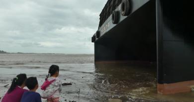 Kapal Tongkang Terdampar di Pantai Jepara Jadi Tontonan Warga