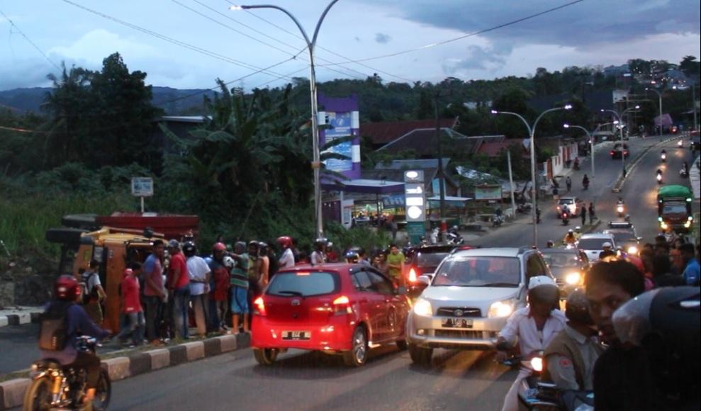Sebuah mobil truk sarat muatan terbalik membuat jalan dipadati kendaraan lalulintas. FOTO : JERI